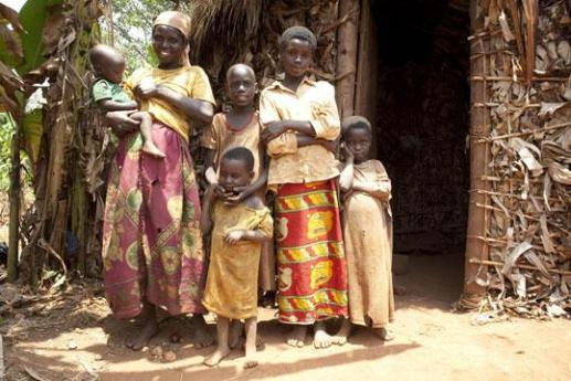 Da oltre quarant'anni ActionAid è al fianco di venti Paesi dell'Africa, impegnata nella lotta alle cause della povertà, della fame e dell'esclusione sociale. E grazie all'adozione a distanza anche tu potrai dare il tuo contributo per aiutare uno dei Paesi più poveri del mondo.  Come adottare un bambino a distanza Adottare un bambino a distanza è semplice. Puoi scegliere tra diverse modalità per dare il tuo contributo, come bollettino postale o bonifico bancario. Puoi inoltre decidere di dare il tuo contributo mensilmente, ogni tre mesi oppure annualmente.  Cosa faremo con il tuo contributo I nostri progetti non si rivolgono soltanto alla bambina o al bambino ma all'intera comunità in cui vive: costruiamo scuole, formiamo insegnanti, forniamo materiale didattico e medicinali, costruiamo centri sanitari, ci confrontiamo con le comunità e le istituzioni.  Quanto costa l'adozione a distanza Meno di un euro al giorno. Appena 82 centesimi, pari a 25 euro al mese, per dare cibo, salute e istruzione a un bambino o una bambina dell'Africa. Un impegno continuativo è fondamentale per dare concretezza ai nostri progetti: tu comunque potrai interrompere il tuo impegno economico in qualsiasi momento, basta avvisare in tempo.  Le adozioni a distanza sono sicure? Quelle di ActionAid lo sono. Periodicamente riceverai una foto aggiornata del bambino che vive in Africa, le sue lettere, un dossier con le attività svolte. Tu potrai scrivergli a tua volta e, se lo desideri, andare a fargli visita nella comunità in cui vive. È da questo che si riconoscono le adozioni a distanza sicure.  Regalare un'adozione a distanza Un regalo speciale per una persona speciale. Puoi infatti indicare la persona alla quale intestare l'adozione a distanza. Sarà lui o lei a ricevere le foto, le lettere r gli aggiornamenti sulle attività svolte. Un regalo che vale per due: per la persona che lo riceve e per il bambino africano adottato.