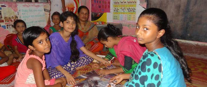 come vivono i bambini negli slum di Dacca